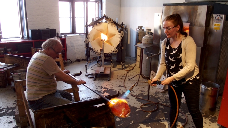 Creating a glass sculpture with Kari Alakoski in Riihimäki.